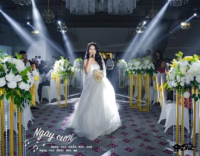 Chọn hoa cưới tương đồng với màu sắc trang trí tiệc