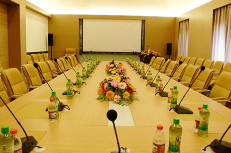 mẫu hoa để bàn họp hội nghị đẹp sang trọng